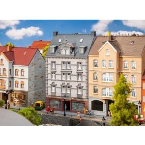 Faller 130705 - Stadshuis met reparatiewerkplaats