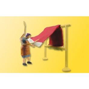 Viessmann 1523 - H0 Magd beim Teppichklopfen
